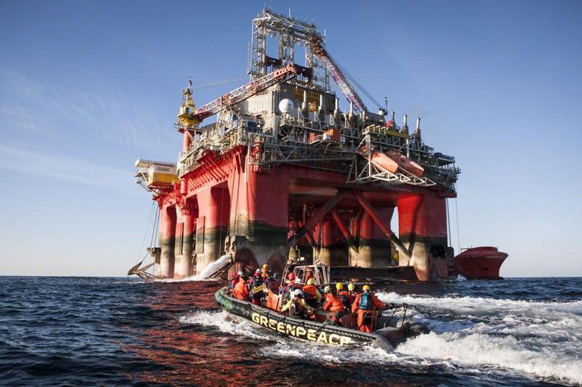 Demokratiske prinsipper ble tilsidesatt da Statoil fikk bruke Transocean Spitsbergen (bildet) til å bore i Barentshavet i fjor før klagefristen på Miljødirektoratets vedtak var utløpt, mener Bellona. Bildet viser Greenpeaces aksjon mot riggen.