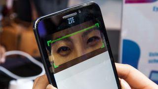 Nå kommer mobilene som skanner øynene