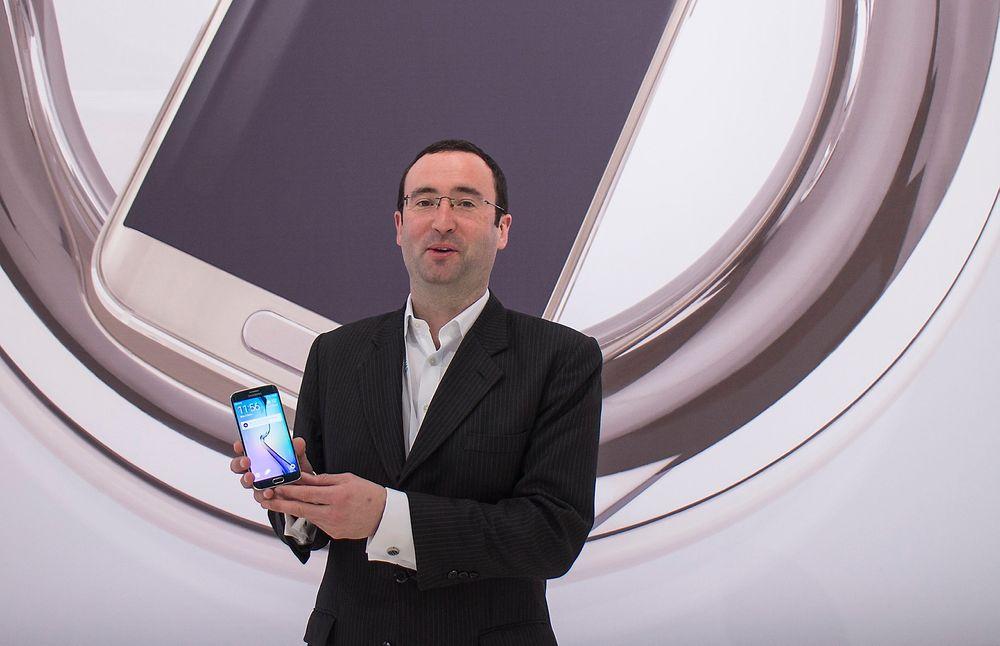 Sjekk den mobilen: Alle i Samsung stråler av lykke over nye Galaxy S6. Endelig har de en tøff utfordrer til Apple både i teknologi og design. Rory O'Neill, europeisk strategidirektør for mobiler hos Samsung nevner flere egenskaper som skal gjøre at den skiller seg ut.