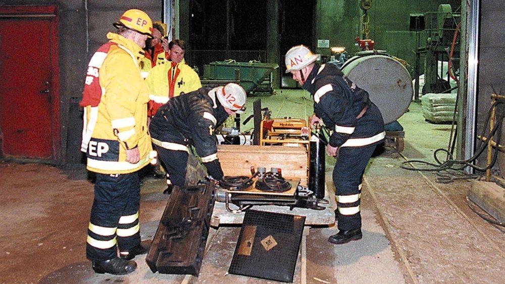 Redningsmannskaper jobber på spreng for å nå en 51 år gammel gruvearbeider som har vært innesperret etter et ras i en gruve i midt-Sverige søndag.