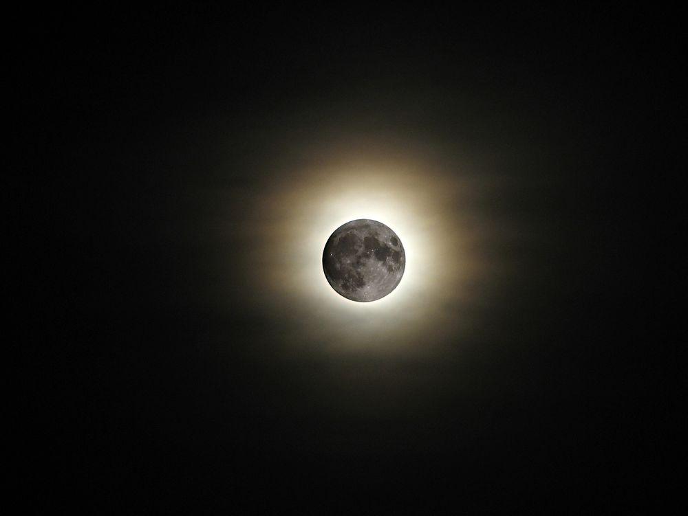 Solformørkelsen fredag kan sees over hele Norge, men du må passe deg for å rette kameraet mot solen om du ikke har riktig filter foran objektivet.