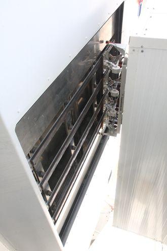 Pantografarmen trykes mot skinnene på Ampere. I de nye løsningene sitter armen på skipet og trykker mot skinenr i ladetårnet.