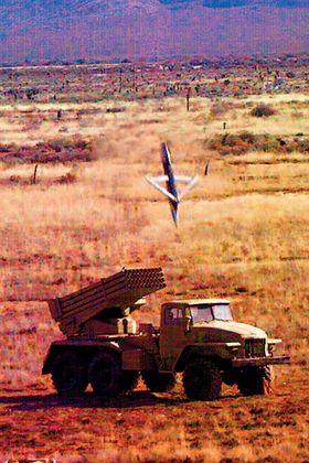 En SDB rett før det treffer et russiskbygget rakettartilleri under skarpskyting i White Sands, New Mexico.