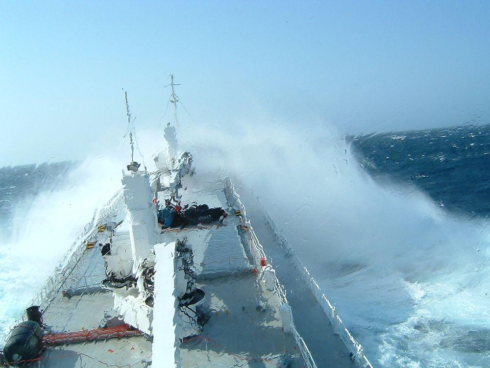 Store bølger behøver ikke å være noe problem for store skip, men drivstofforbruket øker og last kan skades.