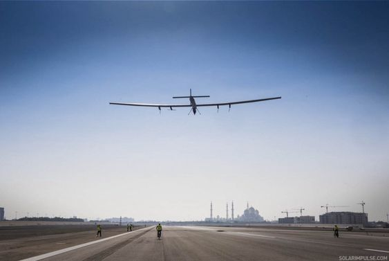 Her er Solar Impulse 2 på en av mange treningsturer som er gjennomført fra Abu Dhabi de siste ukene. Jorda rundt-ferden starter etter planen mandag 9. mars.