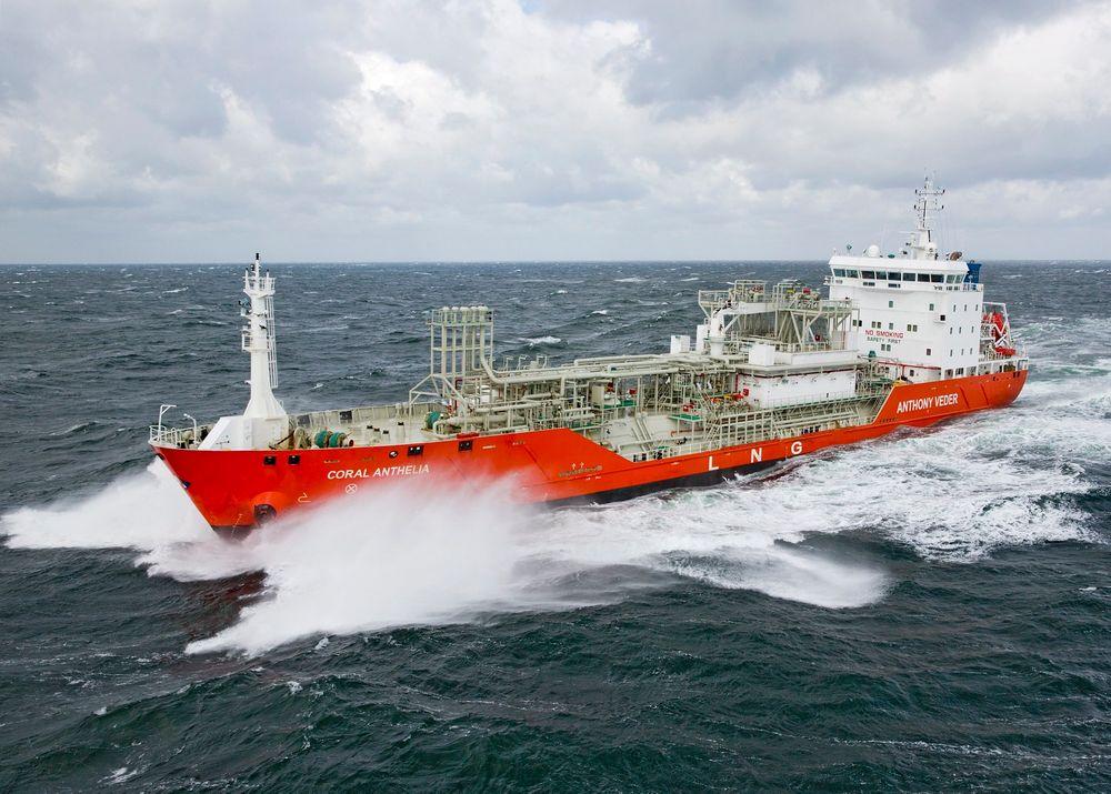 Før Coral Anthelia rakk å bli to år, er den nå ombygget til å gå på dual fuel, både gass (fra lasten) og diesel eller marine oljer.