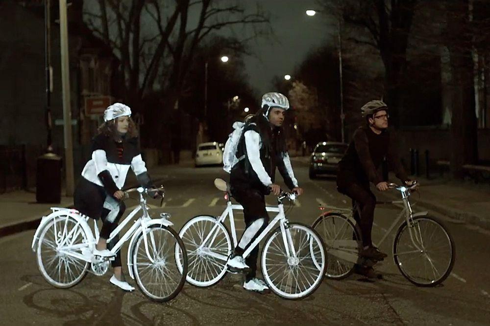 Slik ser sykler ut med den reflekterende spraymalingen, når de treffes av billys i mørket.