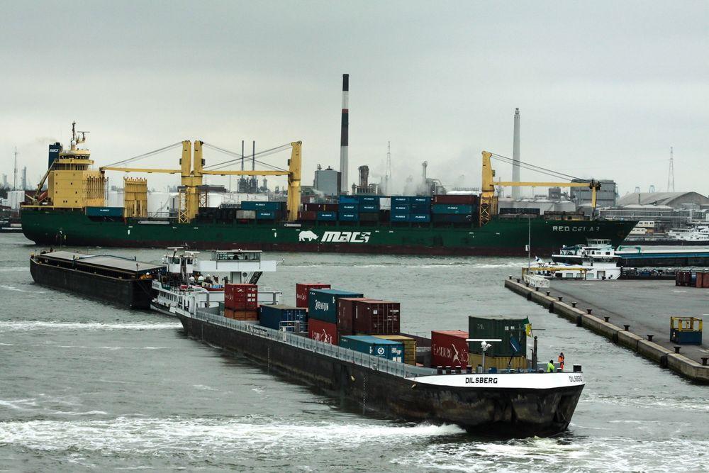 Rotterdam er en av Europas mest travle havner. Varer fra hele verden blir lastet om til mindre skip og elvefartøy for videre distribusjon.