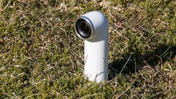 Kameraet er vanntett, så du kan fint ha det med deg utendørs uten å være redd for fuktskader. Faktisk er det vanntett ned til en meter i 30 minutter.