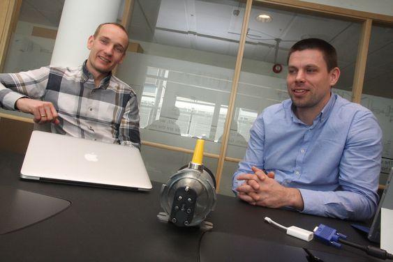 Administrerende direktør Knut Sandven og forskningsdirektør Håkon Sagberg i 11-mannsfirmaet GasSecure med en trådløs gassdetektor mellom seg.