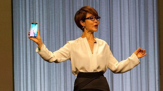 Samsungs Dunghee Lee, visepresident i mobildivisjonen, viser frem Galaxy S6 Edge.