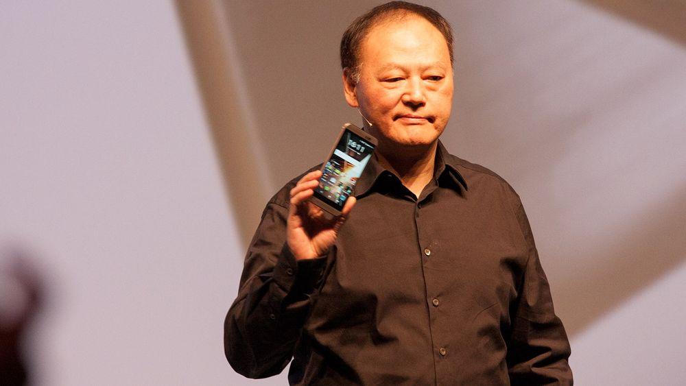HTCs Peter Chou viste frem den nye One M9.