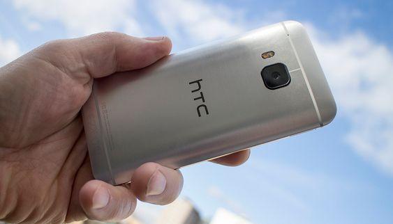 Metall: Det som kasnkje imponerer mest med  HTC One M9 er kanskje at hele baksiden og siden er frest ut av et stykke aluminium. Det gir både stil og styrke.