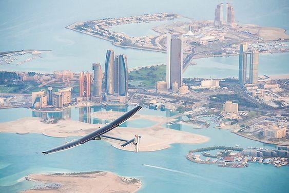 Solar Impulse 2 på en 12 timers testflight i Abu Dhabi torsdag 26. februar 2015.