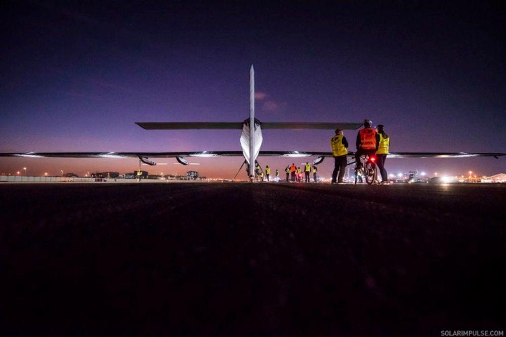 Solar Impulse 2 gjøres klar for take-off fra en flyplass i Abu Dhabi.