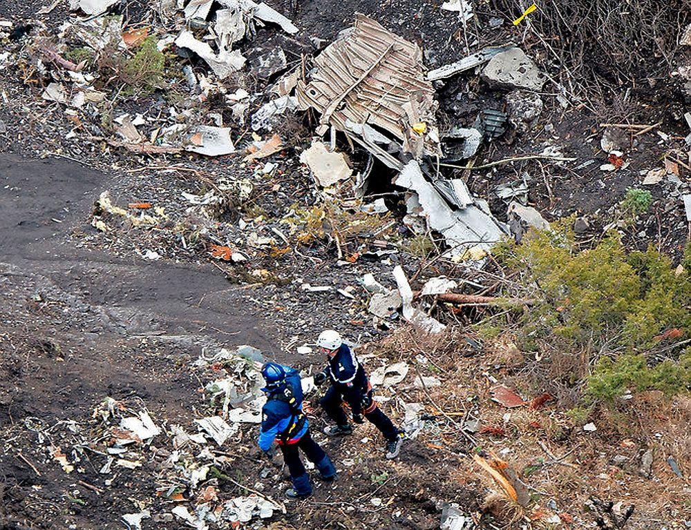 Biter fra det forulykkede Germanwings-flyet ligger strødd i fjellområdet i alpene. De første dataene fra taleregistratoren kan tyde på at pilotene var helt eller delvis bevisstløse.