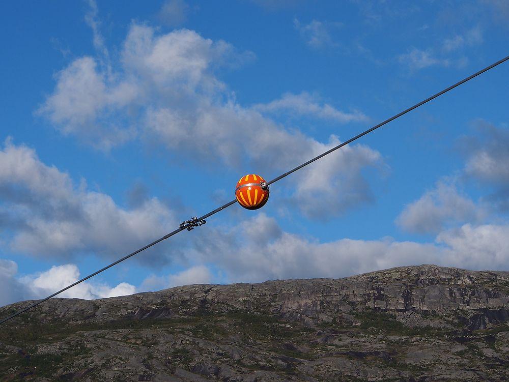 Helgeland Kraft mener det er ufornuftig å merke kraftlinjene sine med markører (blåser), siden det er vanskelig for flyene å se dem.