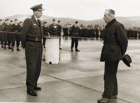 Lærum overleverer den nye flyplassen i Bardufoss til general Finn Lambrechts.