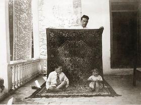 Familien Lærum levde i luksus i den iranske hovedstaden, og fikk en forkjærlighet for håndknyttede, persiske tepper.