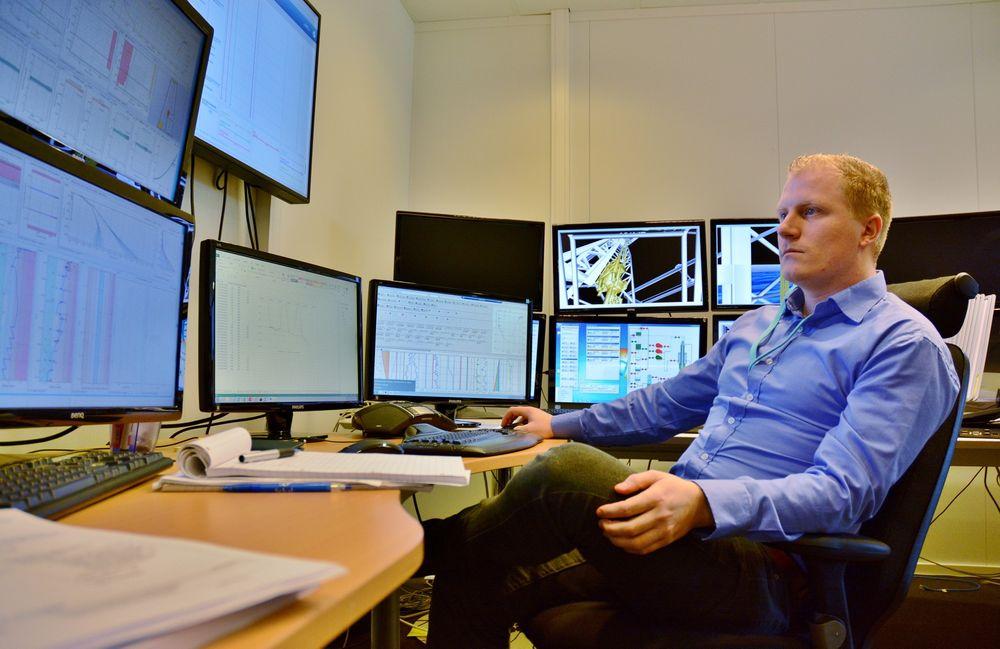 Ørjan Marvik følger med på boringen av en brønn på Statfjord C fra kontoret til Sekal i Sandnes. På skjermene foran seg får han sanntidsdata fra prosessen, som softwareteknologien til selskapet bruker til å lage en autopilot for boringen.