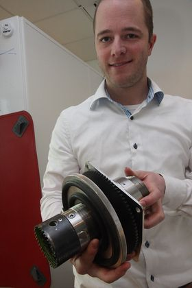 Prosjektleder Emil Jahren i Miko Marine med hullboret. De fjærbelastete tappene sees rett over boret og sørger for å være mothaker når flensen med gummitetting skrues tett fast. Systemet er patentert.