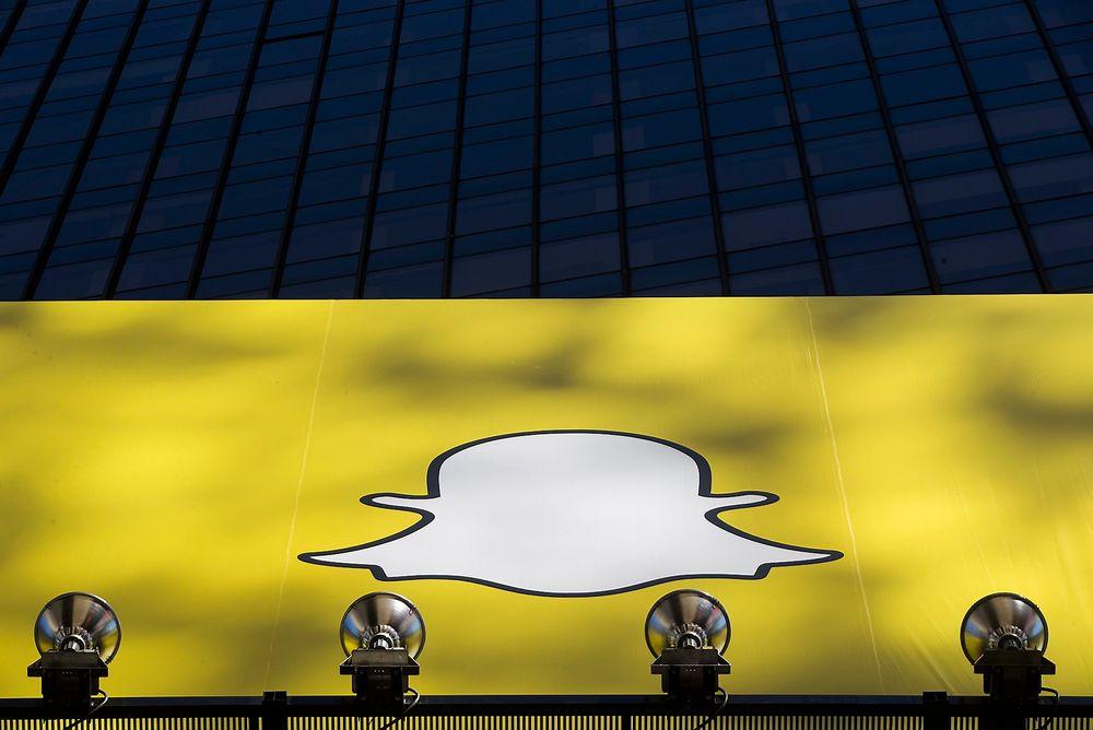 Logoen til Snapchat vises på Times Square i New York. Mobilapplikasjonen har hatt enorm vekst siden starten.