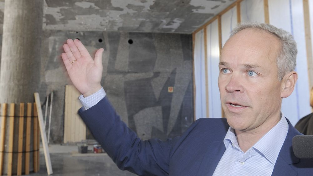 Dette vil gjøre det enklere for alle som vil sette opp en garasje, en sykkelbod, en terrasse eller vindfang, sier kommunal- og moderniseringsminister Jan Tore Sanner (H) om de nye reglene. Her inspiserer han regjeringskvartalet i fjor.