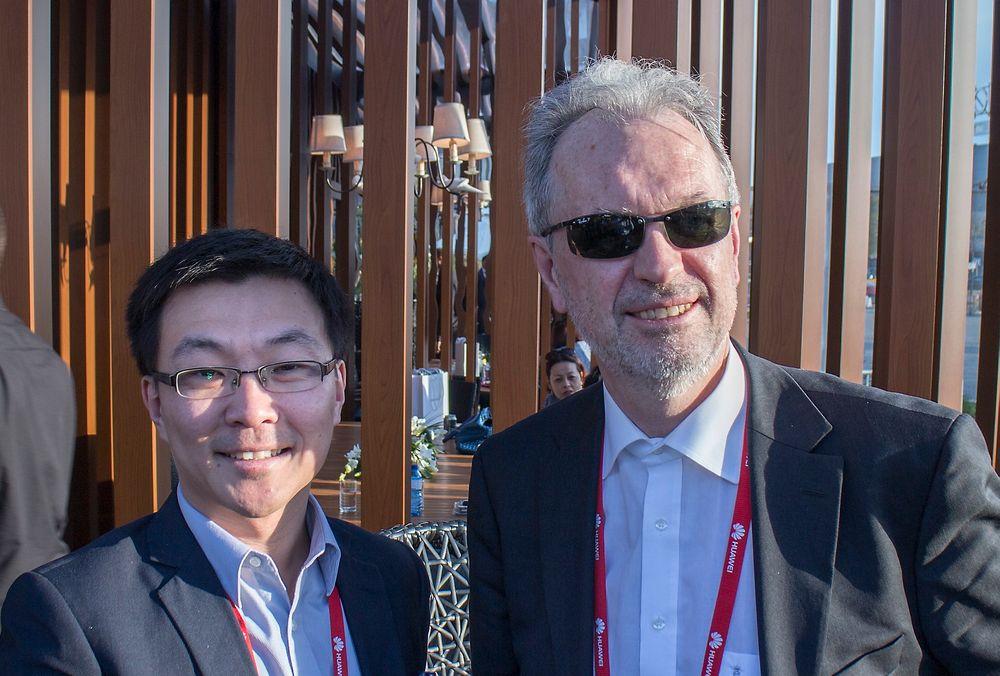 IP-venner i Barcelona: Adm. direktør i Altibox har undertegnet en rammeavtale med den norske Huaweisjefen, Eric Zhang. Det skal gi fiberaktøren rask og rimelig tilgang til all teknologi fra den kinesiske telecomgiganten.