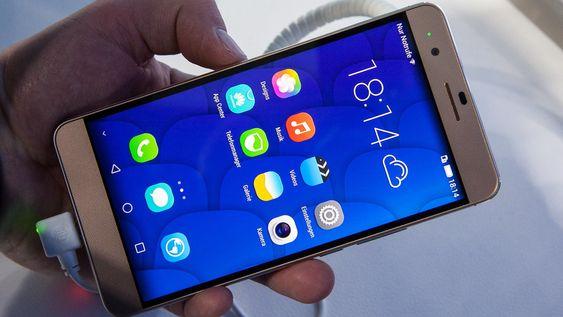 Menysystemet er Huaweis Emotion UI 3.0. Telefonen er i glass og metall.