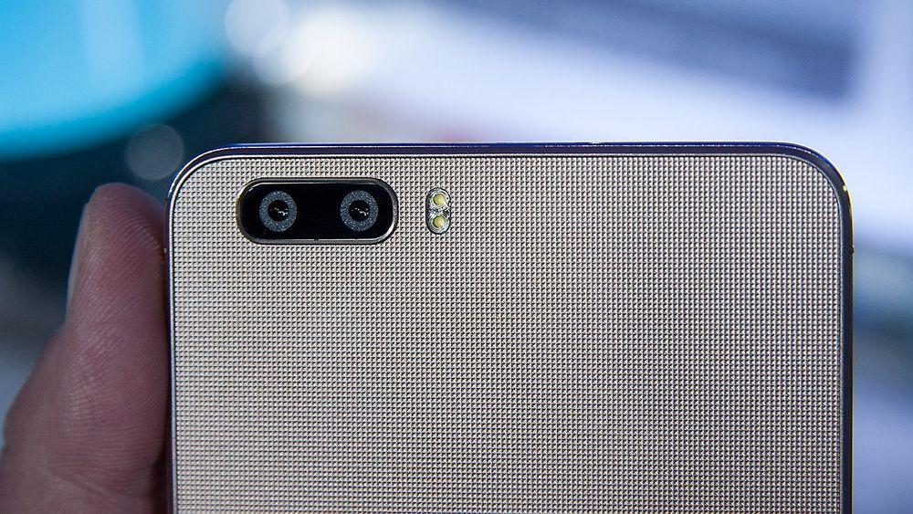 På baksiden sitter to åtte megapikslers kamera som fotograferer samtidig.