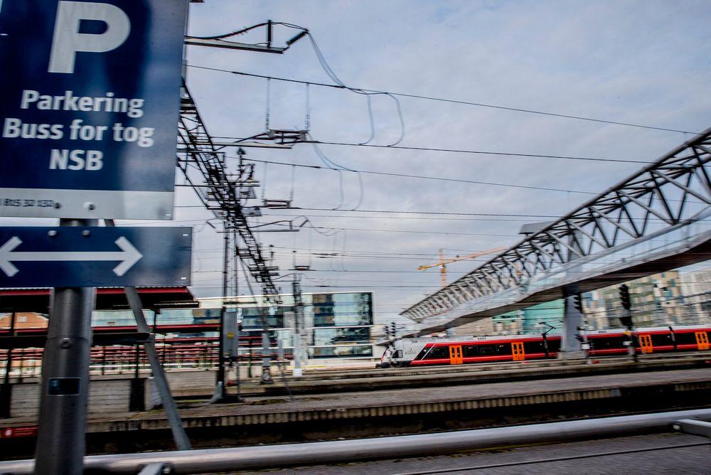 Dette arkivbildet viser togtrafikken på Oslo sentralstasjon. Regjeringen skal ha lagt frem forslag om å avvikle dagens NSB.