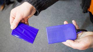 Vil konkurrere med litiumionebatterier: Lader mobilen med vann