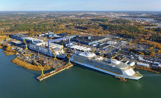 Verftet i Åbo 2009. Den gang eid av STX. Ved kai ligger Oasias of the Seas, levert høsten 2009, mens Allure of the Seas fortsatt ligger i tørrdokk. Det ble levert til RCL i 2010.