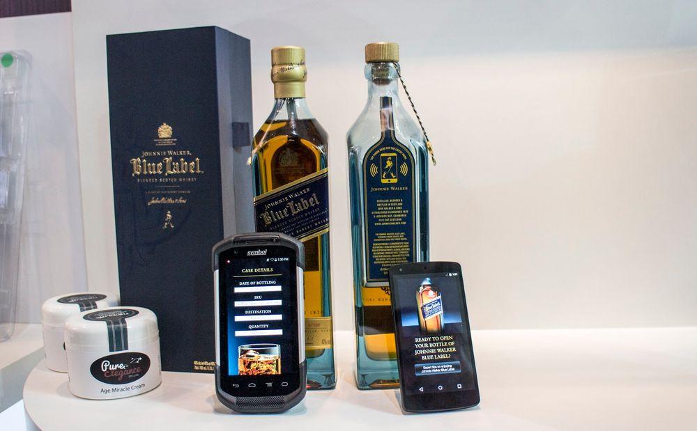 Whisky og kosmetikk med nettkontakt: Berører du Thinfilms nye smarte etikett på flaska eller boksen med en NFC-mobil vil då få beskjed om produktet har vært åpnet og om det er ekte vare. Du vil også kunne få opp produsentens nettside og få mer informasjon om produktet og kanskje tilbud på andre produkter.