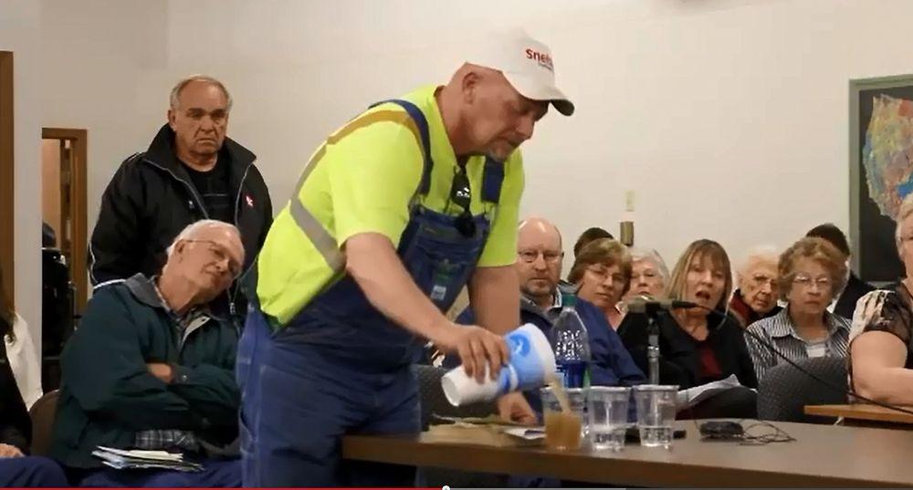 James Osbourne forsøker å demonstrere hva som kan skje dersom avfallsvannet fra fracking blir injisert i avfallsbrønner i Nebraska.