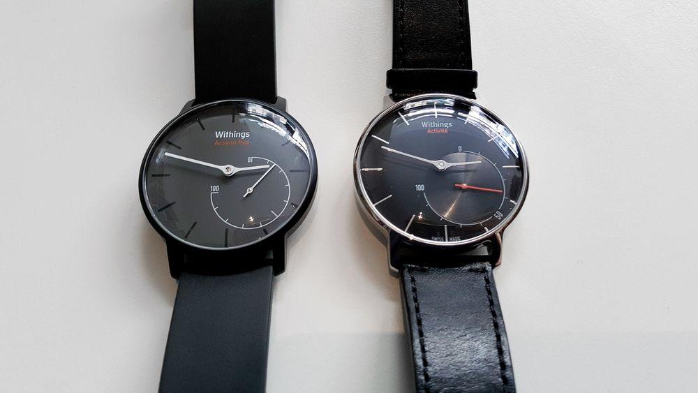 Sammenlignet: Withings Activité Pop (til venstre) er en rimeligere modell med enklere materialer enn Withings Activité (til høyre).