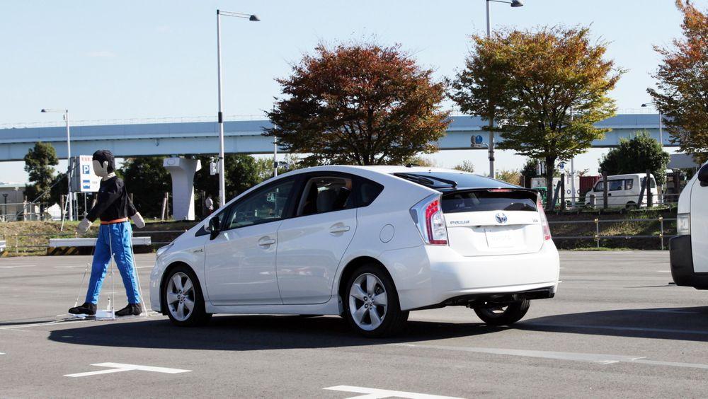 Anti-kollisjon: Toyotas nye TSS-system skal i sin mest avanserte konfigurasjon stoppe automatisk for fotgjengere. Foto: Toyota.