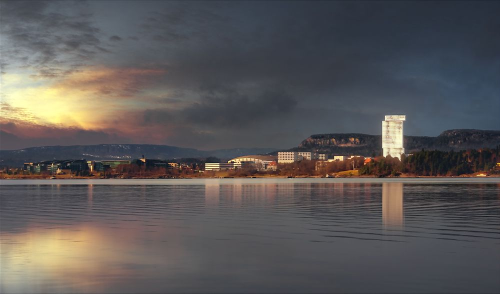 Vises: Slik vil Akers nye signalbygg se ut fra sjøsiden. I midten av bildet vises Telenor Arena.