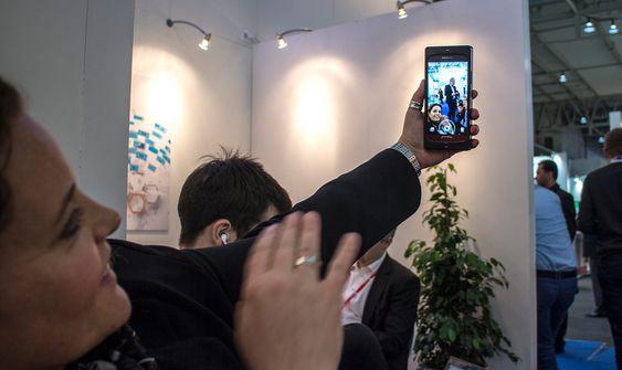 Tar en selfie: adm. dire. i Elliptic Labs, Laila Danielsen demonstrerer hvor enkelt det er å ta en selfi med en liten håndbevegelse. I deler av Asia er 90 prosent av alle bilden de tar selvportretter.