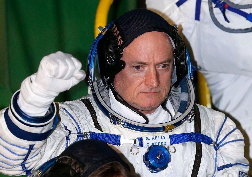 Den 51 år gamle amerikanske astronauten Scott Kelly og hans tre år eldre russiske kosmonautkollega Mikhail Kornijenko skal tilbringe de neste 342 dagene om bord på romstasjonen.