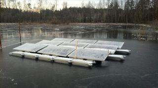 Her fryser de flytende solcellene fast i isen