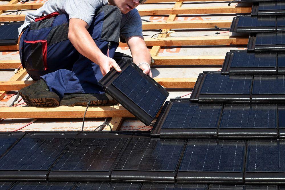 Med parallelkoblede solcelletaksten på opptil 9 watt skal man både kunne produsere egen fornybar strøm og opprettholde fassaden.