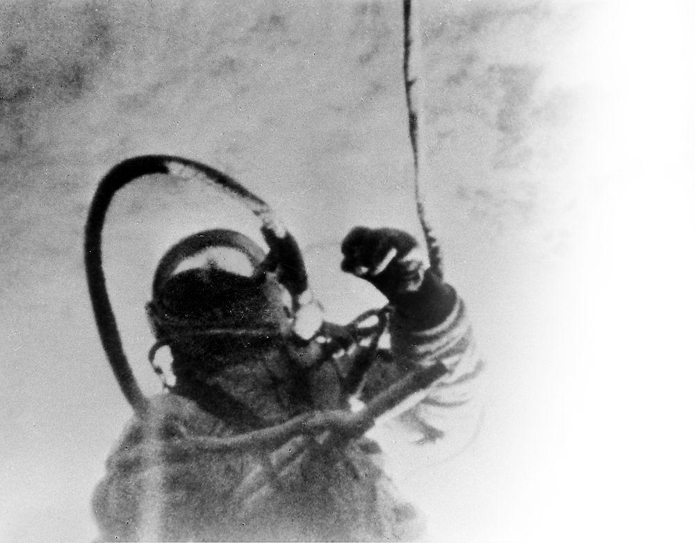 50 år siden dramaet: Den russiske kosmonauten Aleksej Leonov ble den første romfareren i historien som tok seg en «luftetur» utenfor fartøyet den 18. mars 1965. Til tross for at det meste gikk galt, reddet han livet. Men hele det sovjetiske romprogrammet ble forsinket, og USA fikk et forsprang. Foto: APN