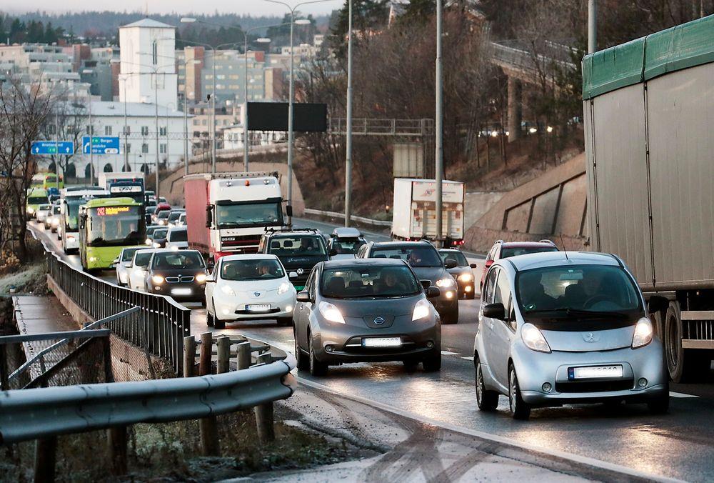 Trangt for alle: Morgenrushet inn mot Oslo på E18 fra Drammen i Sandvika. Vegdirektoratet skal vurdere endring av elbilfordelene og levere sin rapport innen 1. april.