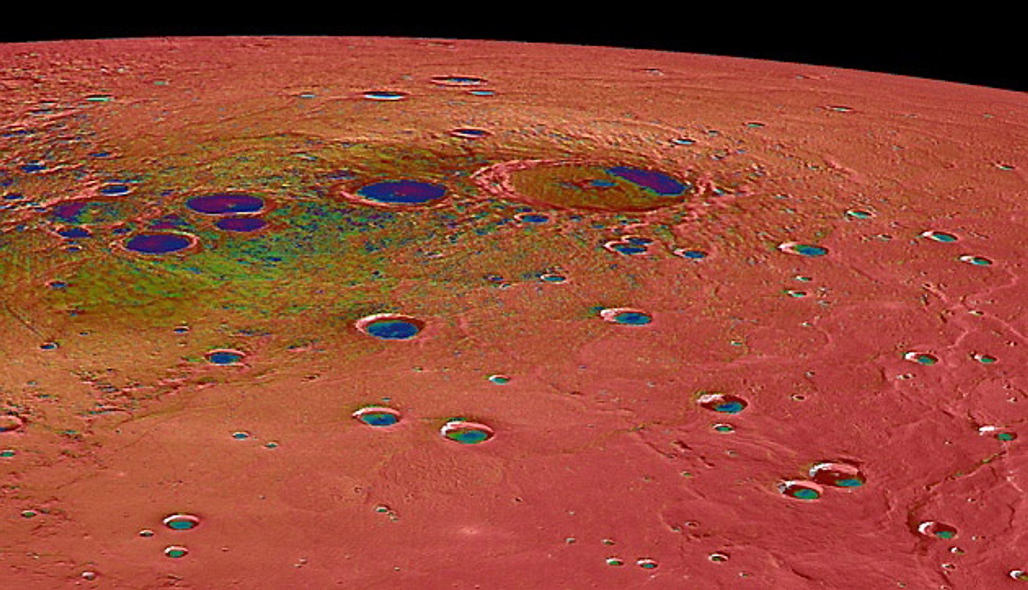 Nye bilder fra Merkur, planeten som er nærmest sola, viser at permanent skygge gjør det mulig for is å overleve i store kratre. Dette til tross for at dagtemperaturene kommer opp i 430 plussgrader.