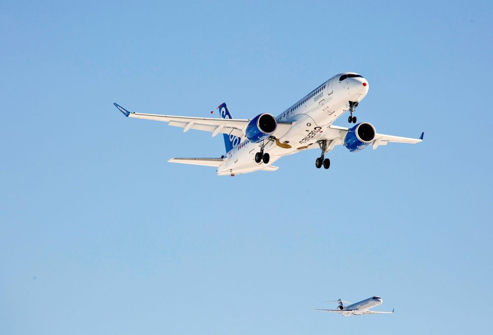 Her er Bombardier CS300 i lufta for første gang. Følgeflyet er et CRJ900.