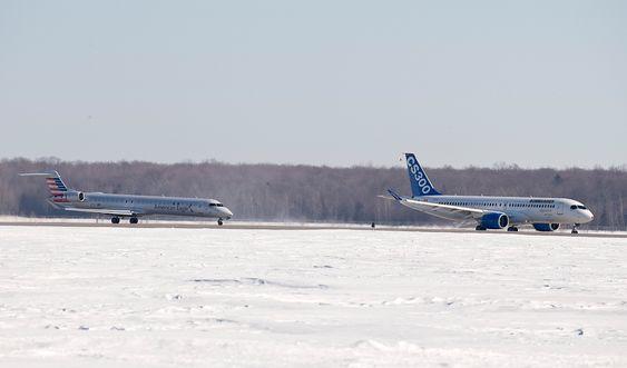 CS300-testflyet takser på Montréal–Mirabel lufthavn med følgeflyet CRJ900 i hælene.