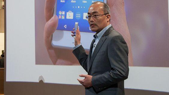 Hiroki Totoki, president & CEO Sony Mobile Communications viser frem den nye Sony Xperia M4 Aqua.