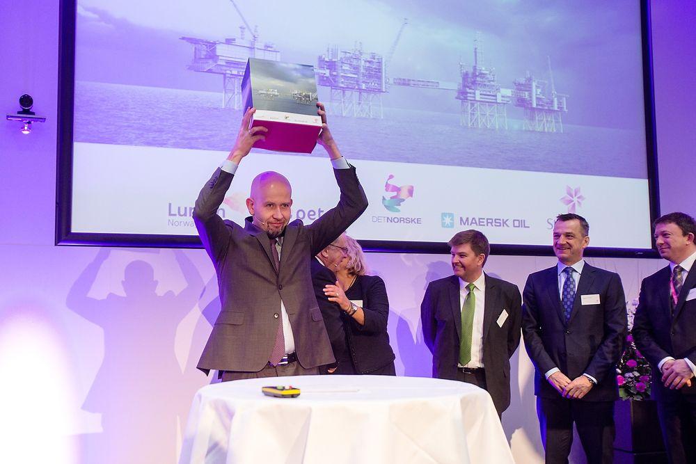 Fornøyd: Olje- og energiminister, Tord Lien, hevet Planen for utbygging og drift av Johan Sverdrup-feltet over hodet da han mottok den tidligere i år.