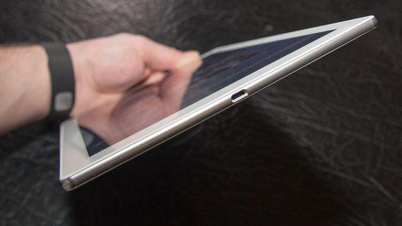 Sony Xperia Z4 Tablet er syltynt. Merk også at det ikke er noen beskyttelsesluke foran USB-kontakten. Likefullt er brettet vanntett.